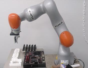 力制御ロボット(KUKA iiwa)によるメモリ交換システム